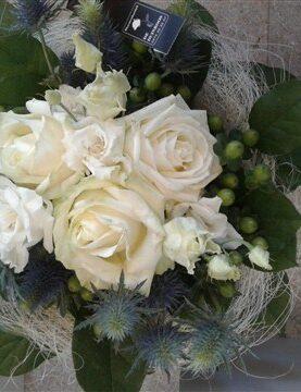 BOEKET 12 : sisalhouder met witte bloemen